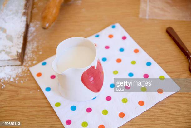 Brocca di latte su asciugamano in cucina