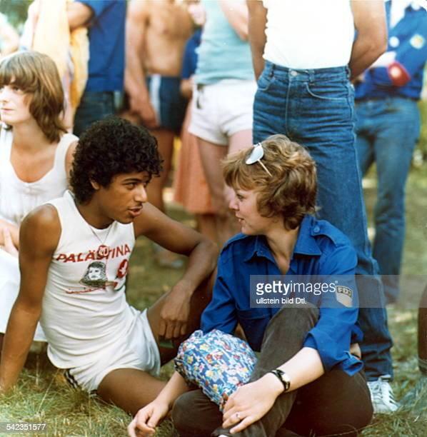 Jugendliche im Gespräch am Tag derantiimperialistischen Solidarität imInternationalen Freunschaftslager derFDJ am Scharmützelsee 1982