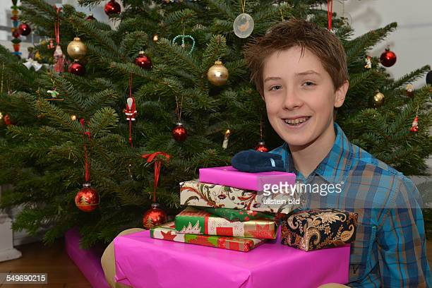 Jugendlicher Weihnachtsbaum Geschenke