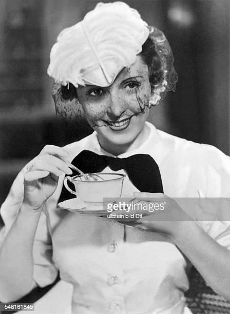 Jugo Jenny Actress Austria * holding a coffee cup undated Vintage property of ullstein bild