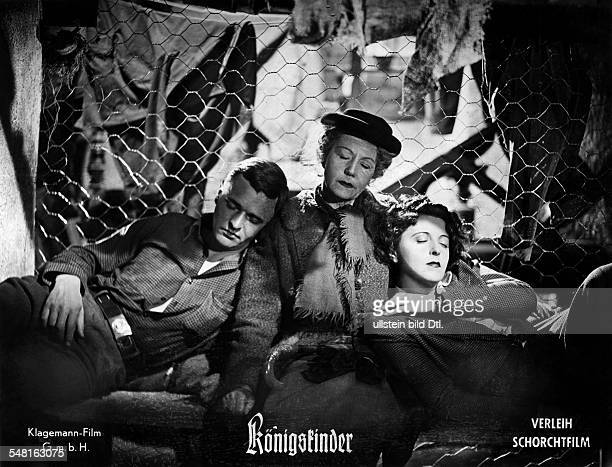 Jugo Jenny Actress Austria * Scene from the movie 'Koenigskinder' with Peter van Eyck and Erika von Thellmann Directed by Helmut Kaeutner Germany...