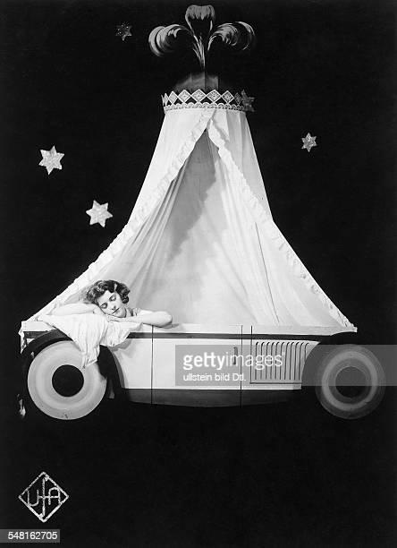 Jugo Jenny Actress Austria * Scene from the movie 'So fahr ich zu St Nikolaus' 1930s Vintage property of ullstein bild