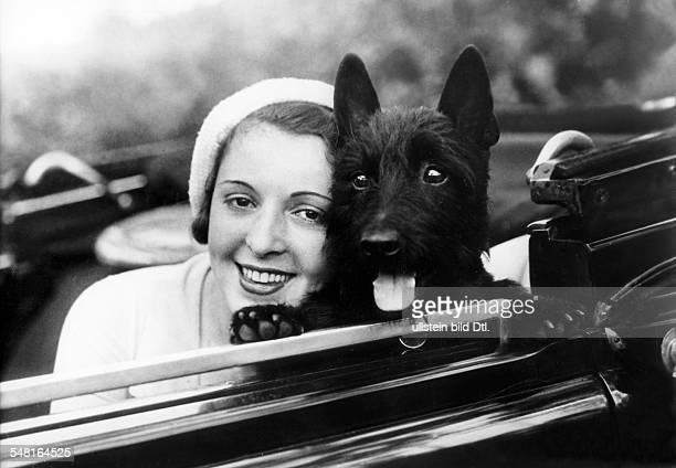 Jugo Jenny Actress Austria * sitting in a car with her dog undated Photographer Zander und Labisch Vintage property of ullstein bild