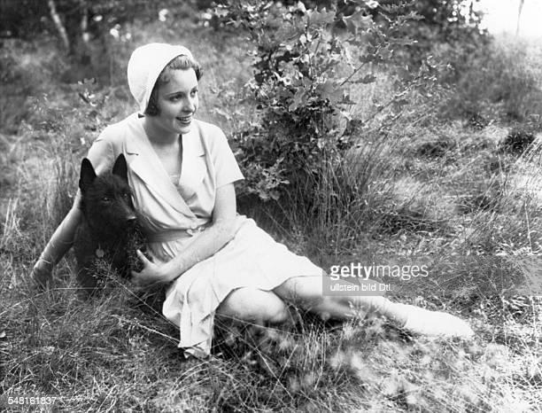Jugo Jenny Actress Austria * sitting in the meadow with her dog undated Photographer Zander Labisch Vintage property of ullstein bild