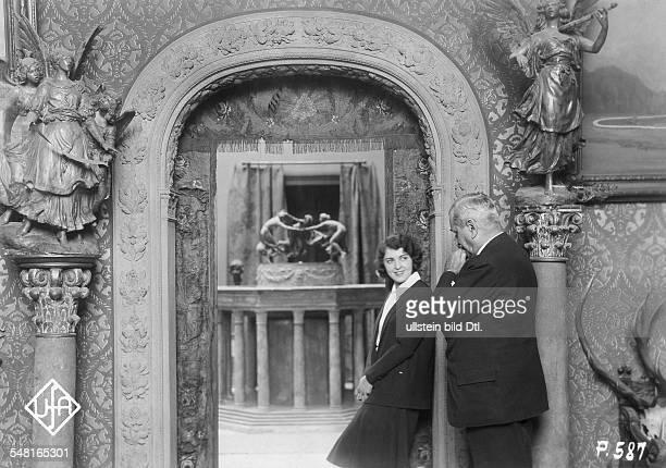 Jugo Jenny Actress Austria visiting the German artist Walter Schott in his studio 1931