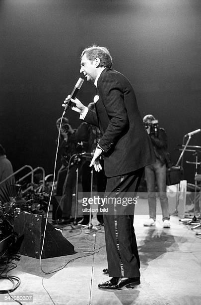 Juhnke Harald *Schauspieler Entertainer D Ganzkoerperaufnahme bei einem Auftritt 1984
