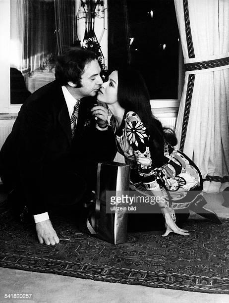 Juhnke Harald *Schauspieler Entertainer D mit Ehefrau Susanne Hsiao in der Wohnung ihres Hauses 1971