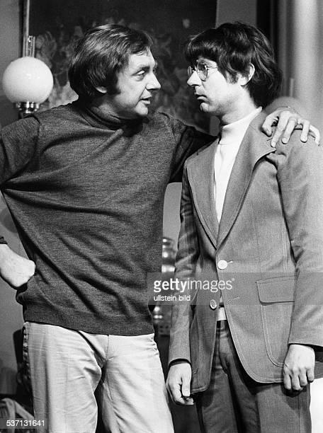 Juhnke Harald Schauspieler Entertainer D mit Stefan Behrens in dem Stueck 'Frueher oder spaeter' von Joyce Rayburn 1974