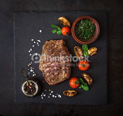 saftiges steak medium seltene rindfleisch mit kr utern und gem se vom grill stock foto thinkstock. Black Bedroom Furniture Sets. Home Design Ideas