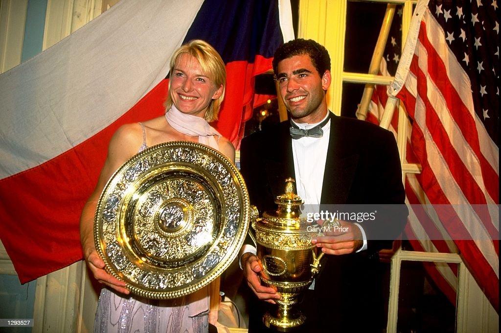 Jana Novotna of Czech Republic and Pete Sampras of the USA pose for the cameras with their trophy : News Photo