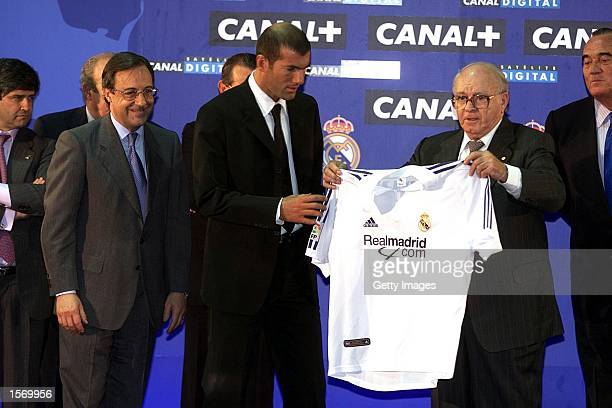 Zinedine Zidane of France is presented with his shirt by Real Madrid President Florentino Perez and Di Stefano during a press conference to announce...