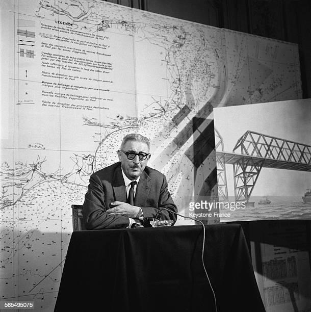 Jules Moch président de la Société d'étude du pont sur la Mance photographié pendant la conférence de presse à la Maison de l'Amérique latine à Paris...