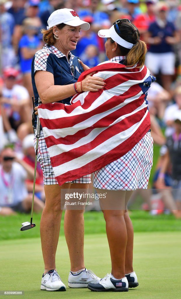Juli Inkster, Captain of Team USA celebrates with Lizette Salas on the 18th hole during the final day singles matches of The Solheim Cup at Des Moines Golf and Country Club on August 20, 2017 in West Des Moines, Iowa.