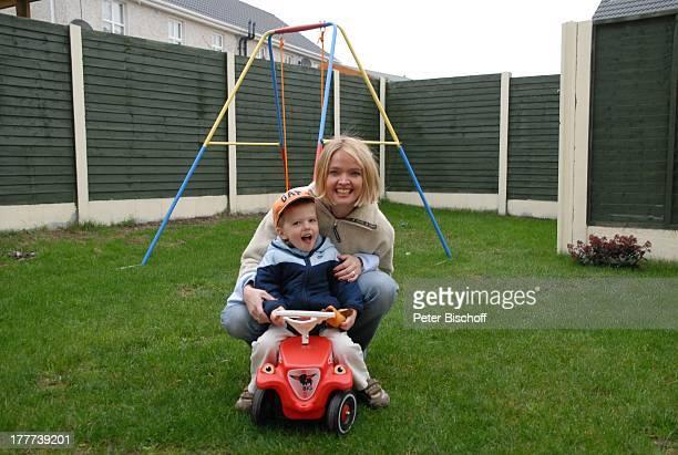Julia Biedermann Sohn Julius Matthias Steffens Homestory Dorf bei Dublin Irland Europa Garten Schaukel BobbyCar Kind Schauspielerin