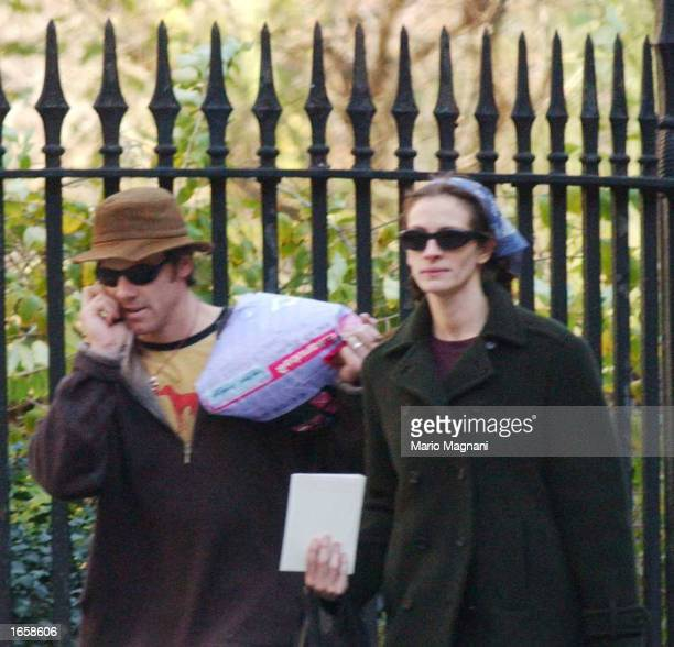 Julia Roberts and her husband Danny Moder walk November 24 2002 in New York City
