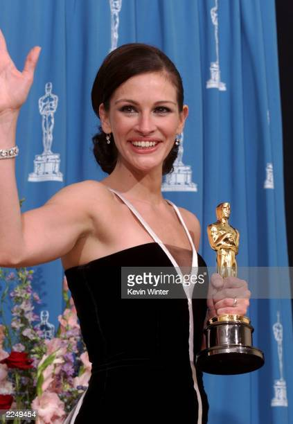Julia Roberts winner of the Oscar as Best Actress for her role in Erin Brockovich poses backstage at the 73rd Annual Academy Awards ceremony at the...