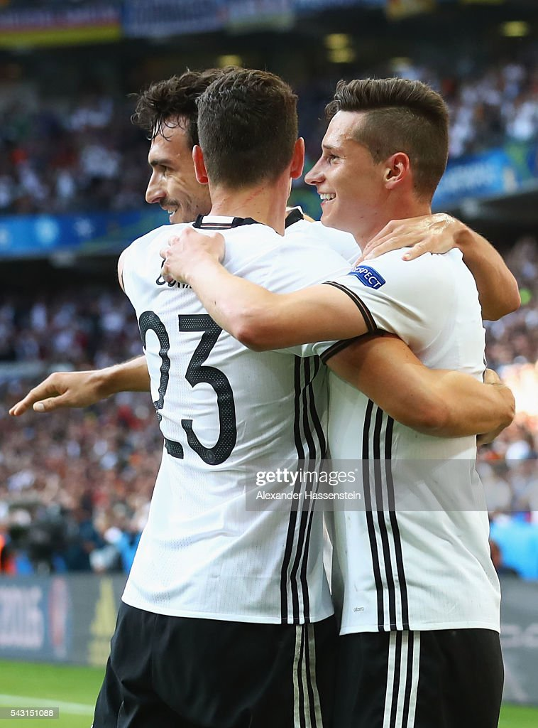 <a gi-track='captionPersonalityLinkClicked' href=/galleries/search?phrase=Julian+Draxler&family=editorial&specificpeople=7184479 ng-click='$event.stopPropagation()'>Julian Draxler</a> (R) of Germany celebrates scoring his team's third goal with his team mates <a gi-track='captionPersonalityLinkClicked' href=/galleries/search?phrase=Mario+Gomez+-+Soccer+Player&family=editorial&specificpeople=635161 ng-click='$event.stopPropagation()'>Mario Gomez</a> (L) and <a gi-track='captionPersonalityLinkClicked' href=/galleries/search?phrase=Mats+Hummels&family=editorial&specificpeople=595395 ng-click='$event.stopPropagation()'>Mats Hummels</a> (C) during the UEFA EURO 2016 round of 16 match between Germany and Slovakia at Stade Pierre-Mauroy on June 26, 2016 in Lille, France.