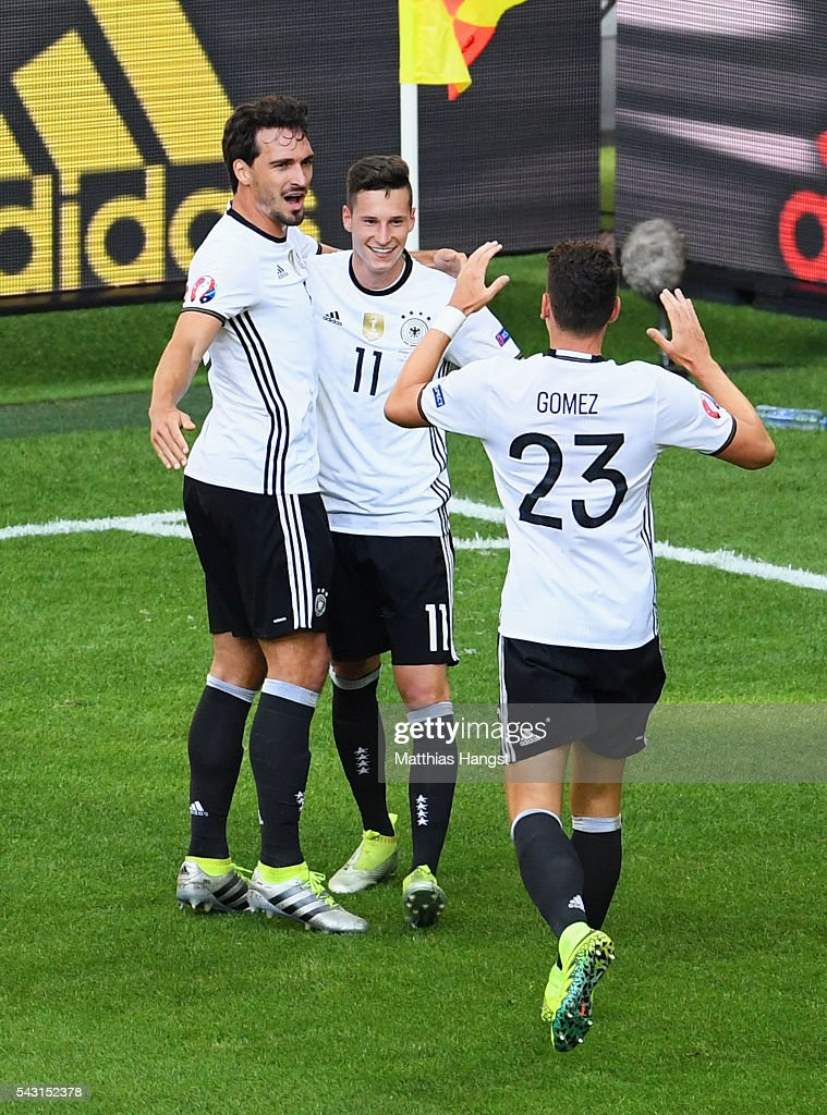 <a gi-track='captionPersonalityLinkClicked' href=/galleries/search?phrase=Julian+Draxler&family=editorial&specificpeople=7184479 ng-click='$event.stopPropagation()'>Julian Draxler</a> (C) of Germany celebrates scoring his team's third goal with his team mates <a gi-track='captionPersonalityLinkClicked' href=/galleries/search?phrase=Mario+Gomez+-+Soccer+Player&family=editorial&specificpeople=635161 ng-click='$event.stopPropagation()'>Mario Gomez</a> (R) and <a gi-track='captionPersonalityLinkClicked' href=/galleries/search?phrase=Mats+Hummels&family=editorial&specificpeople=595395 ng-click='$event.stopPropagation()'>Mats Hummels</a> (L) during the UEFA EURO 2016 round of 16 match between Germany and Slovakia at Stade Pierre-Mauroy on June 26, 2016 in Lille, France.