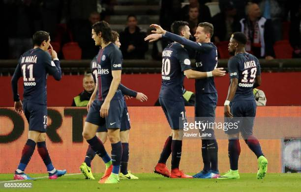 Julian Draxler of Paris SaintGermain celebrate his goal with teammattes during the French Ligue 1 match between Paris Saint Germain and Lyon OL at...
