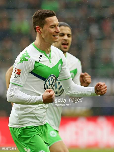 Julian Draxler of Wolfsburg jubilates after scoring the first goal during the Bundesliga match between VFL Wolfsburg and Borussia Moenchengladbach at...