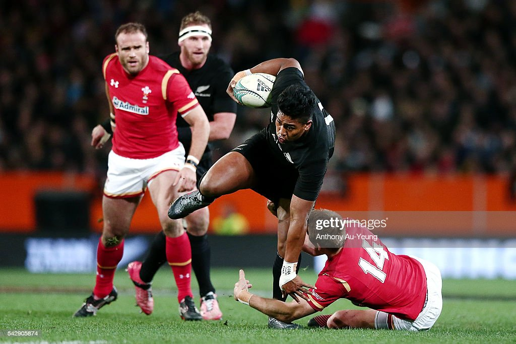 <a gi-track='captionPersonalityLinkClicked' href=/galleries/search?phrase=Julian+Savea&family=editorial&specificpeople=5780264 ng-click='$event.stopPropagation()'>Julian Savea</a> of New Zealand makes a run against <a gi-track='captionPersonalityLinkClicked' href=/galleries/search?phrase=Liam+Williams+-+Rugby+Union+Player&family=editorial&specificpeople=7852399 ng-click='$event.stopPropagation()'>Liam Williams</a> of Wales during the International Test match between the New Zealand All Blacks and Wales at Forsyth Barr Stadium on June 25, 2016 in Dunedin, New Zealand.