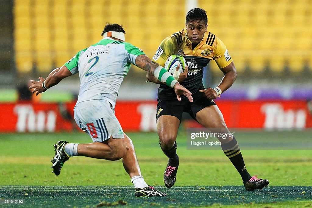 <a gi-track='captionPersonalityLinkClicked' href=/galleries/search?phrase=Julian+Savea&family=editorial&specificpeople=5780264 ng-click='$event.stopPropagation()'>Julian Savea</a> of the Hurricanes runs at Ash Dixon of the Highlanders during the round 14 Super Rugby match between the Hurricanes and the Highlanders at Westpac Stadium on May 27, 2016 in Wellington, New Zealand.