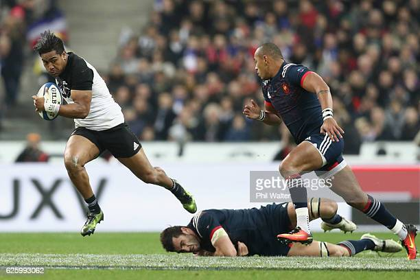Julian Savea of the New Zealand All Blacks breaks the Frence defence during the international rugby match between France and New Zealand at Stade de...