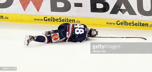 Julian Talbot Einzelbild Aktion verletzt Verletzung EHC Eisbaeren Eisbären Berlin Straubing Tigers Sport Eishockey DEL O2World Berlin Herren...
