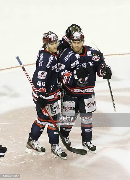 Julian Talbot Mads Christensen Jubel Freude Emotion nach Tor zum 10 EHC Eisbaeren Eisbären Berlin Straubing Tigers Sport Eishockey DEL O2World Berlin...