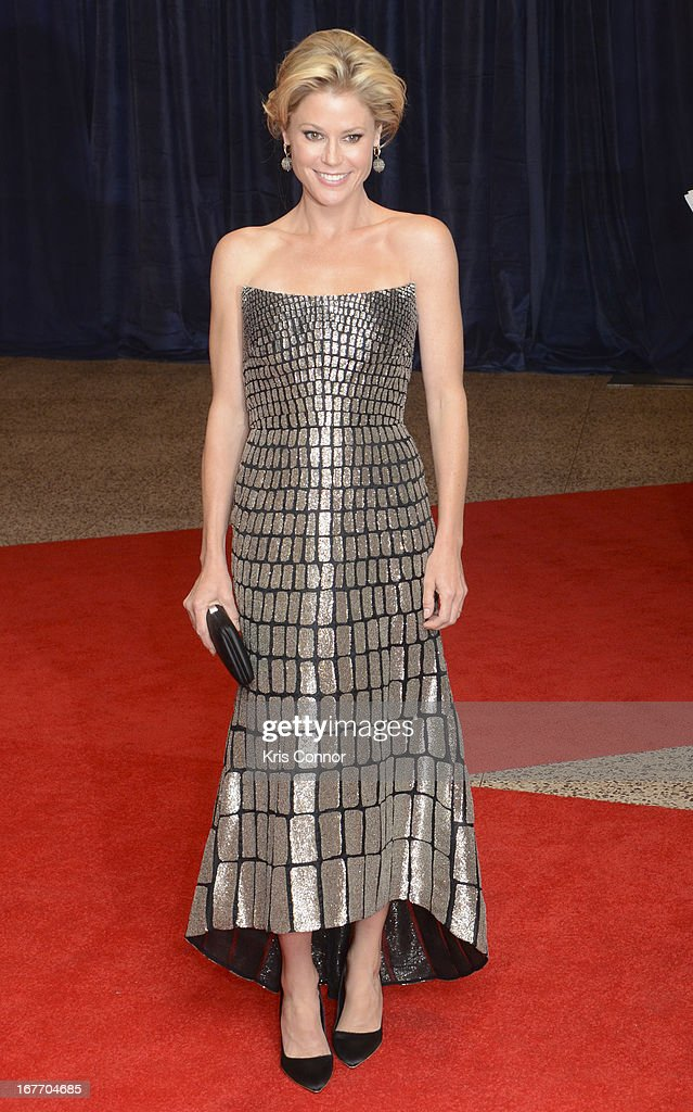 Julie Bowen poses of the red carpet during the White House Correspondents' Association Dinner at the Washington Hilton on April 27, 2013 in Washington, DC.