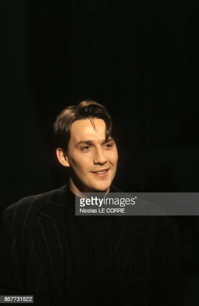 Julien Courbet presente l'emission televisee 'Pourquoi pas vous' sur TF1 le 17 fevrier 1994 a Paris France