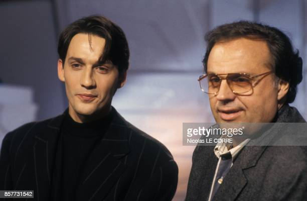 Julien Courbet presente l'emission televisee 'Pourquoi pas vous' sur TF1 ici avec le producteur de television Gerard Louvin le 17 fevrier 1994 a...