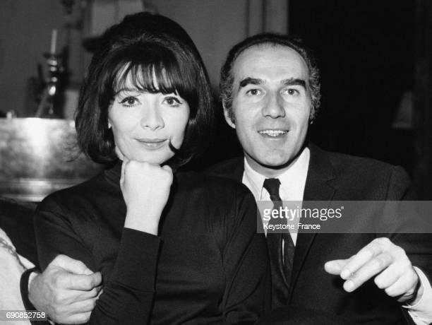 Juliette Gréco et Michel Piccoli photographiés dans leur appartement parisien avant leur départ pour leur voyage de noce à Paris France le 15...