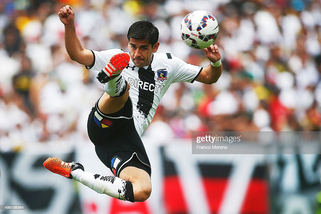 Julio Barroso controls the ball during a match between Colo Colo and U de Chile as part of Campeonato Apertura 2015 at Monumental David Arellano Stadium on October 31, 2015 in Santiago, Chile.