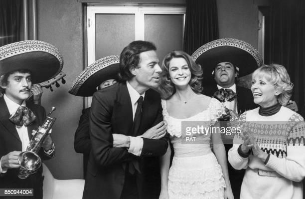 Julio Iglesias avec l'actrice Cyrielle Clair et Annie Cordy dans une émission de télévision le 1er décembre 1980 à Paris France