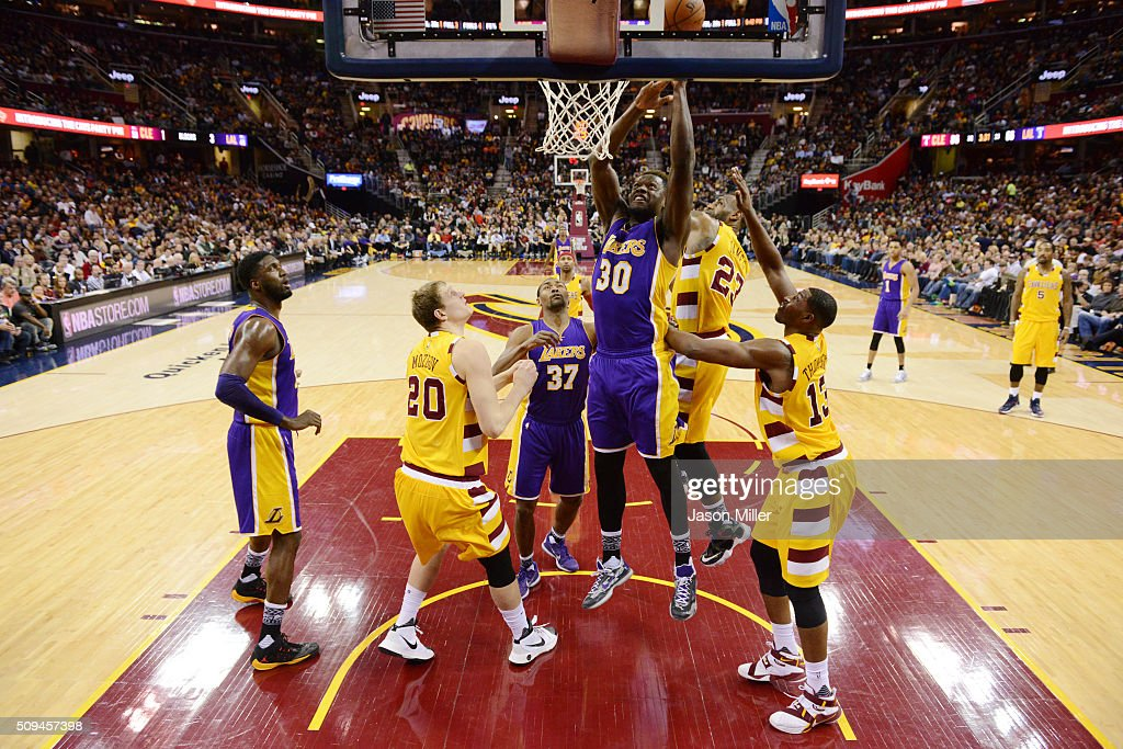 julius-randle-of-the-los-angeles-lakers-shoots-over-timofey-mozgov-picture-id509457398