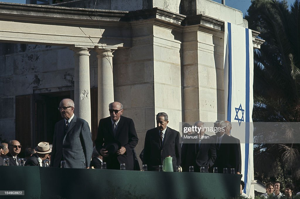 July 1967 after the 'Six Day War' Israel tripled its surface area Meeting with political personalities unidentified