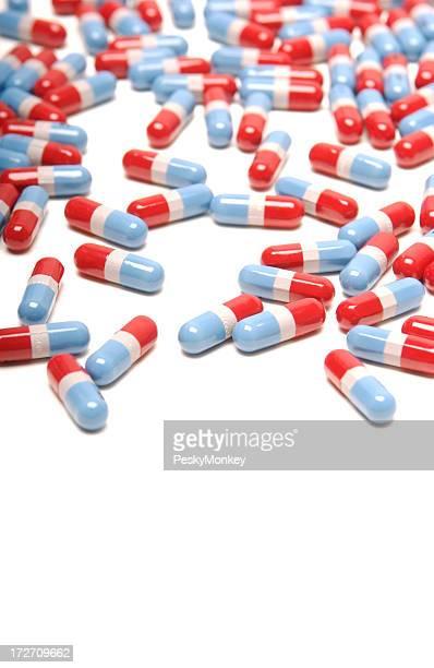 Entrelacs de rouge vif et bleu pilules médicaments fond blanc