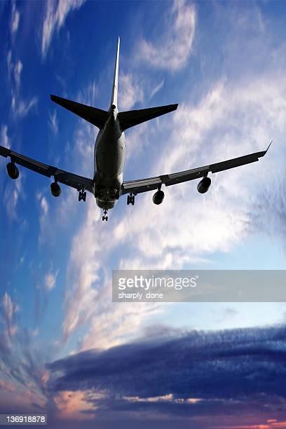 XL jumbo jet Avion atterrissant au crépuscule