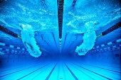 Schwimmer tauchen in ein Schwimmbecken ein