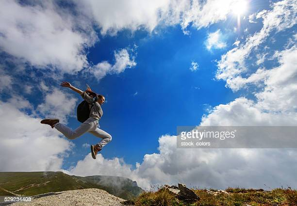 Springen auf Berggipfel