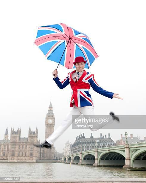Salto de hombre británico en Londres en el Big Ben