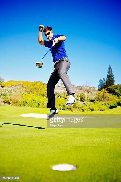 Saltar para alegria, jovem Golfista celebra a bola!