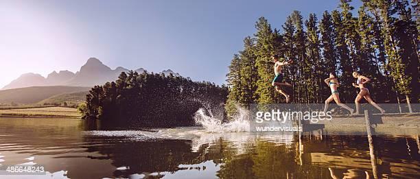 Springen in das Wasser aus Anlegesteg