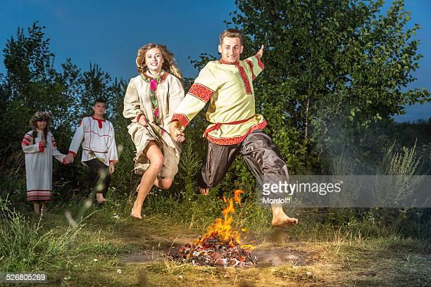Springen über Holzfeuer im folk festival