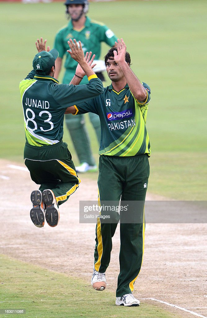 AFRICA - MARCH 03, Junaid Khan and Mohammad Irfan of Pakistan celebrate the wicket of AB de Villiers of South Africa during the 2nd T20 match between South Africa and Pakistan at SuperSport Park on March 03, 2013 in Pretoria, South Africa.