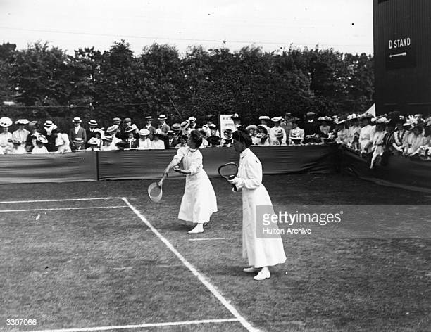May Sutton of the USA and Blanche Hillyard of Britain competing in a women's doubles match at Wimbledon
