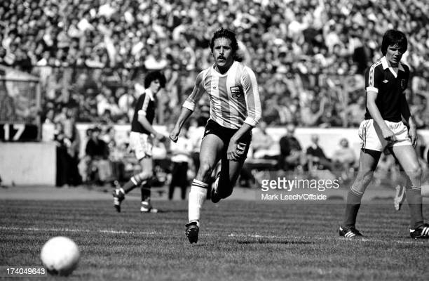 02 June 1979 International football Scotland v Argentina Leopoldo Luque chases the ball watched by Alan Hansen