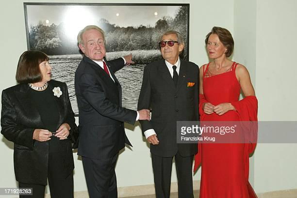 June Brown Bundespräsident Johannes Rau Helmut Newton Und Christina Rau Bei Der Benefiz Modenschau Auf Schloss Bellevue Am 211003