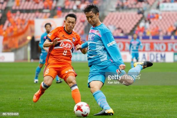 Jung Seung Hyun of Sagan Tosu shoots the ball during the JLeague J1 match between Albirex Niigata and Sagan Tosu at Denka Big Swan Stadium on October...